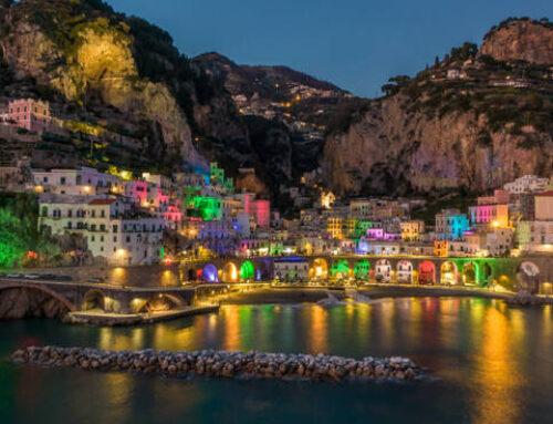 Atrani il borgo si trasforma in un magico presepe di luci natalizie colorate